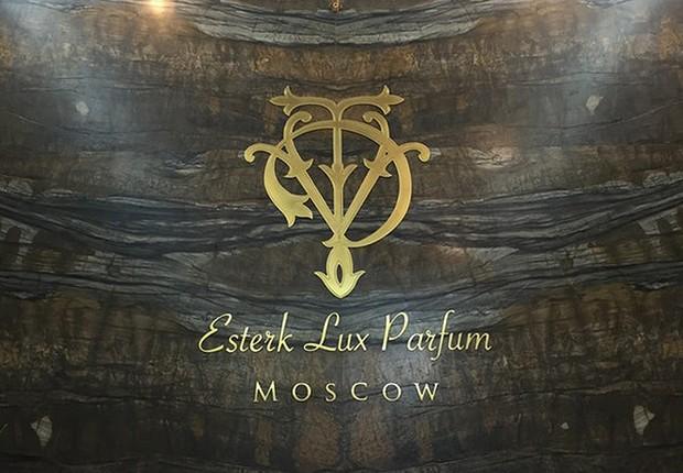 Logo da empresa Esterk Lux Parfum em Moscou (Foto: Reprodução/Facebook )