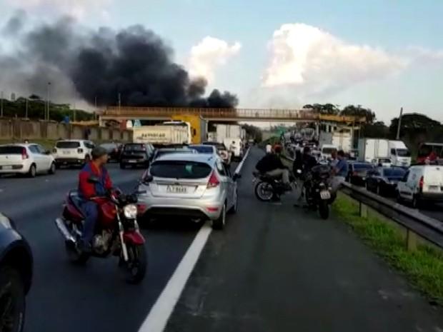 Motoristas ficaram parados na rodovia Anhanguera durante protesto contra o presidente Michel Temer (Foto: Reprodução / EPTV)