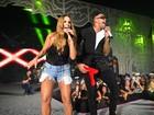 Ivete Sangalo arrasa com shortinho e decote em show de Léo Santana