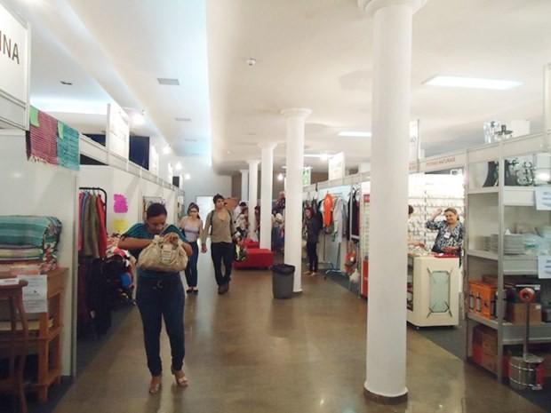 Bazar acontece no Automóvel Clube até sábado (Foto: Natália Clementin / G1)