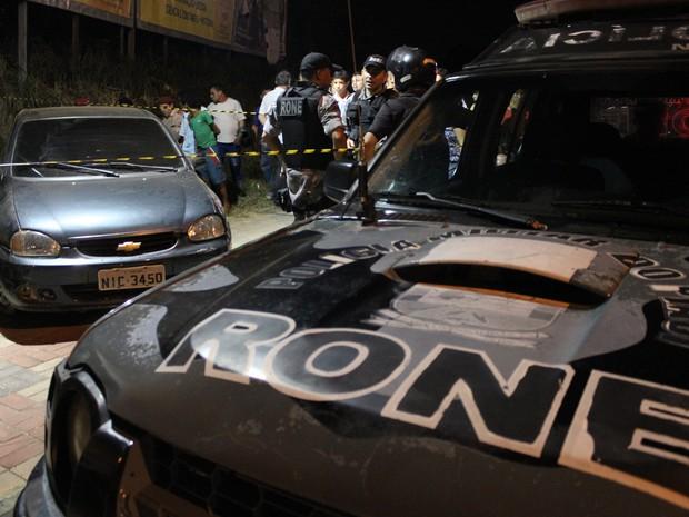 Um dos criminosos perdeu o controle do veículo e bateu em calçada de supermercado (Foto: Renan Morais/G1)