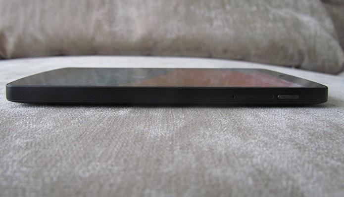 Nexus 5 coloca tela grande em corpo fino e leve (Foto: Reprodução/Paulo Alves)