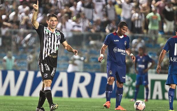Mota comemora gol do Ceará contra o São Caetano (Foto: Jarbas Oliveira / Agência Estado)