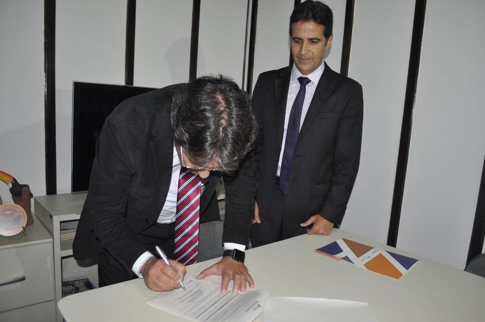 O secretário-executivo de Ressocialização, Cícero Rodrigues, e dois diretores do Cebraspe assinaram, simbolicamente, o contrato do processo seletivo (Foto: Marcia Galindo/Seres )