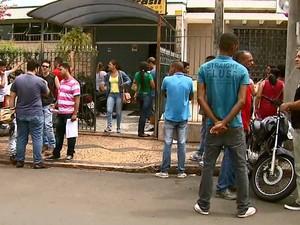 Candidatos em busca de uma oportunidade de trabalho em Rio Claro (Foto: Felipe Lazzarotto/EPTV)