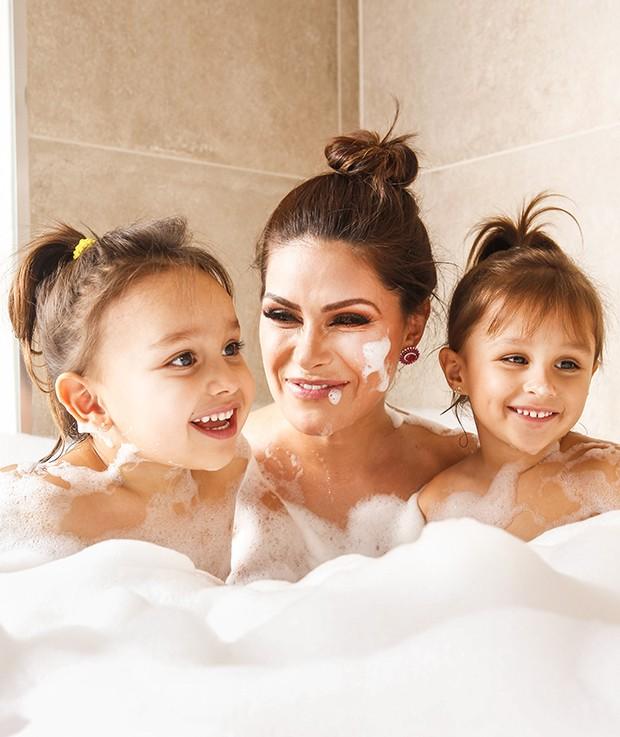 Natália Guimarães com as filhas, Kiara e Maya (Foto: Flare Fotografia/ Ed. Globo)