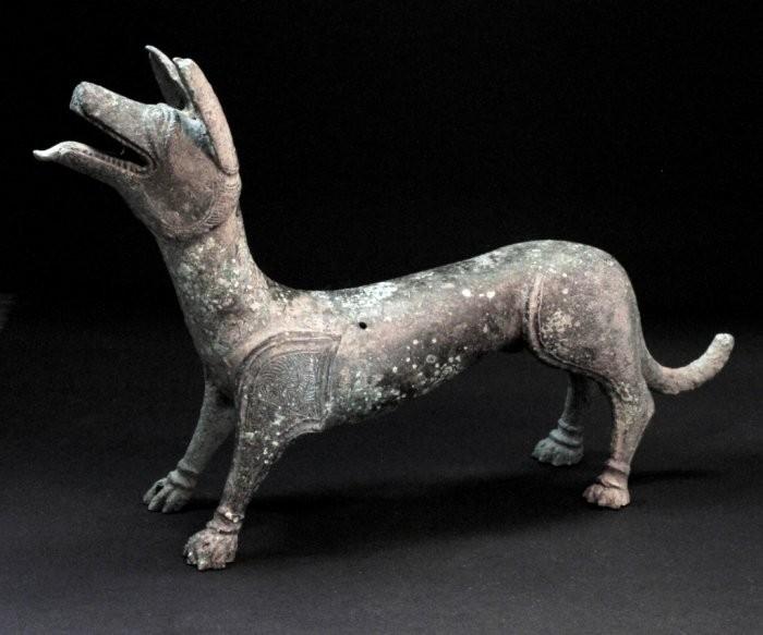 Estátua do cachorrinho com a língua para fora (Foto: Bristol City Council)