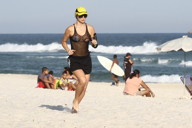 Christine Fernandes se exercita na praia da Barra (Foto: Marcos Ferreira / Foto Rio News)