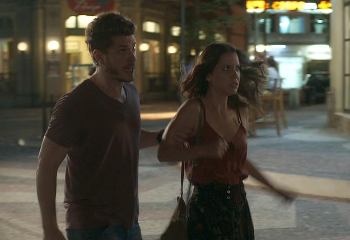 Alex ameaça Júlia no meio da rua (Foto: TV Globo)