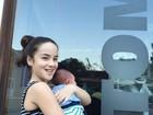 Filha de Carolina Kasting posa com o irmãozinho nos braços