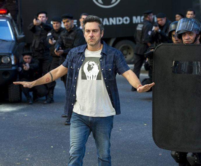 Romero Rômulo banca o herói em assalto no primeiro capítulo (Foto: Estevam Avellar / Globo)