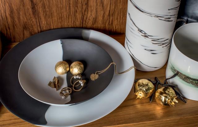 Joias Marina Vicintin e pratos do francês Muriel Grateau (Foto: Deco Cury)