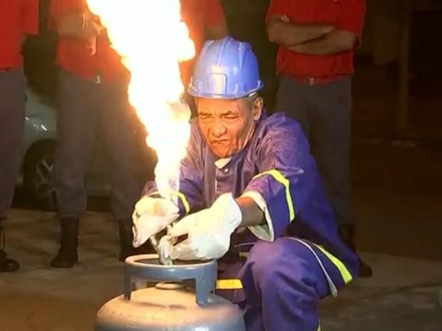 Auxiliar de limpeza realiza sonho e faz curso para ser bombeiro aos 62 anos  (Foto: Reprodução/TV TEM)