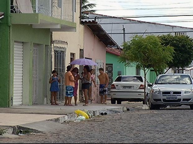 Moradores do Conjunto Jardim Lola, São Gonçalo, sofrem pela morte de família Santos (Foto: Reprodução/Inter TV Cabugi)