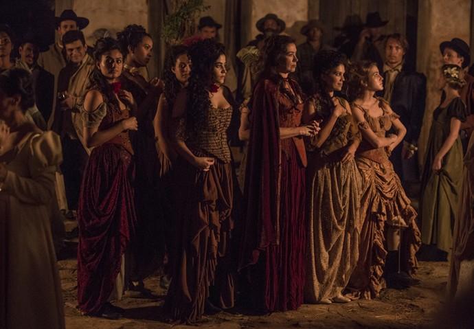 Virgínia e suas meninas passam entre os convidados do casamento (Foto: Felipe Monteiro/Gshow)
