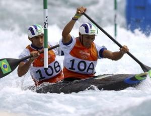 Brasileiros Charles Correa e Anderson Oliveira, da canoagem slalom (Foto: Reuters)