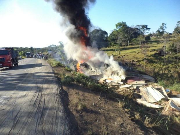 Parte da pista da BR-364 está interditada e PRF controla tráfego (Foto: Maico Gean/Jaru Online)