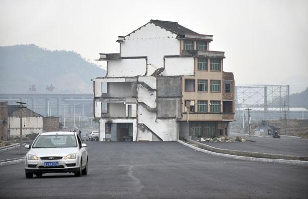 Pequeno prédio ficou no meio de uma estrada recém-construída em Wenling. (Foto: China Daily/Reuters)