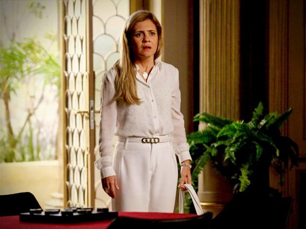 Carminha fica desesperada ao ver que seu plano não deu certo (Foto: Avenida Brasil / TV Globo)