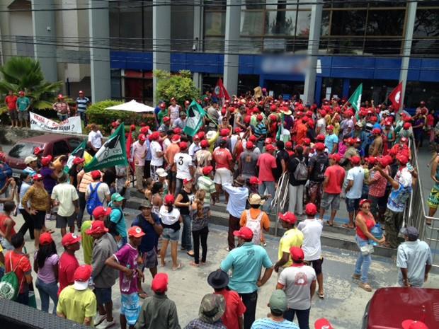 Protesto do MST em frente a agência bancária em João Pessoa impede entrada e saída de pessoas (Foto: Walter Paparazzo/G1-PB)