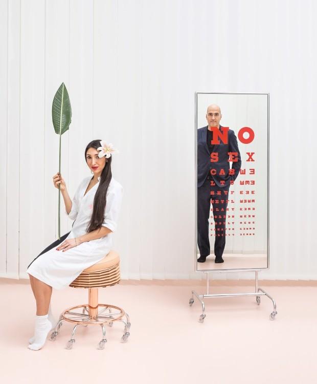 """Parceria Laura e Alberto são entusiastas do """"design performático"""". Em destaque, o banco Soffietta #2 e o espelho Deja vù standing lab (Foto: Delfino Sisto Legnani / Divulgação)"""