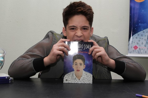 João Guilherme lança livro (Foto: Agnews)