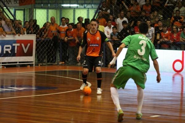 Rodrigo do Carlos Barbosa protege bola na final contra o InterMovistar Copa Intercontinental de futsal (Foto: Renato Zaro/ACBF)