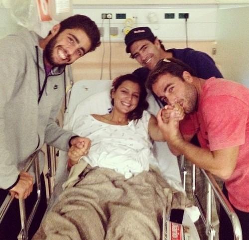 Foto (Foto: Maya recebe a visita de Pedro Scooby, Carlos Burle e Felipe Cesarano no hospital - Reprodução Instagram)