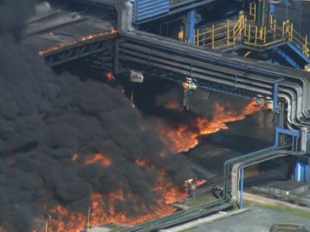 Incêndio em depósito em Taboão da Serra (Foto: Reprodução/TV Globo)