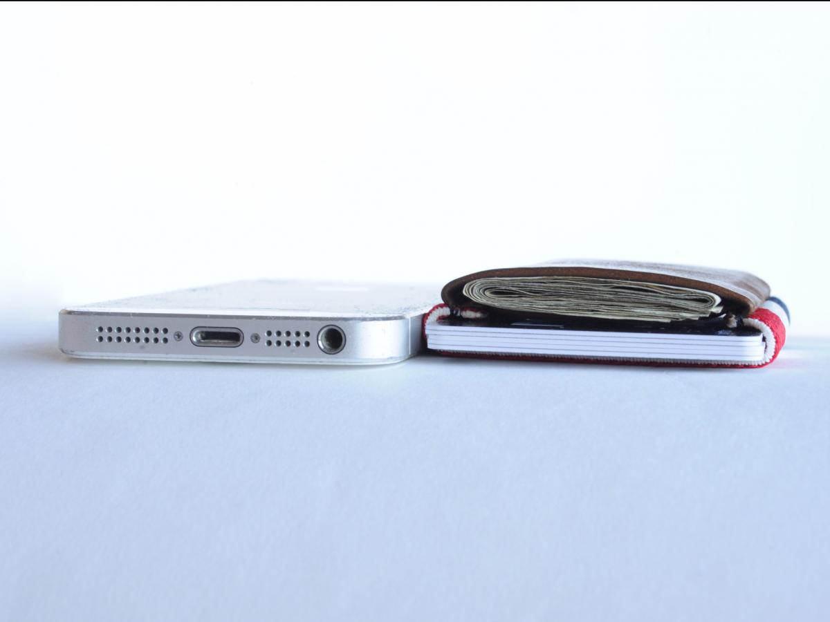 Carteira pode ser tão fina quando um Iphone (Foto: Divulgação)