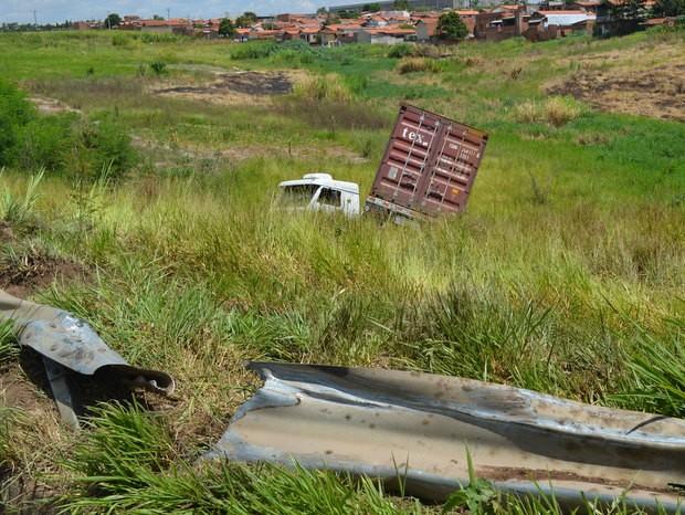 Carreta perdeu controle e caiu em ribanceira em estrada entre Santa Bárbara d'Oeste e Piracicaba (Foto: Thomaz Fernandes/G1)