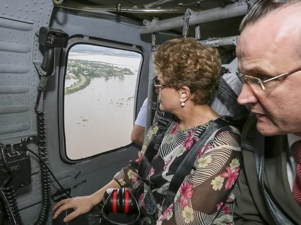 Dilma Rousseff durante sobrevoo a áreas afetadas pelas enchentes no RS (Foto: Roberto Stuckert Filho/PR)