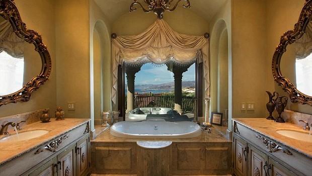 Banheiro em mármore tem vista privilegiada (Foto: Reprodução internet)