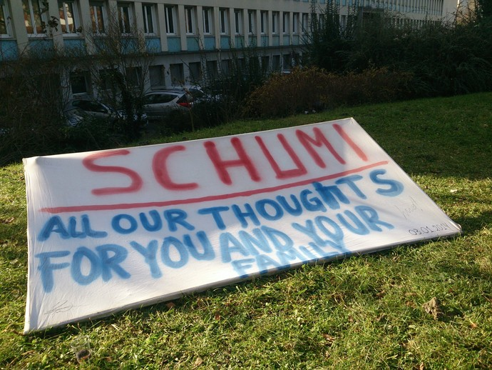 Faixa de apoio a Michael Schumacher permanece na frente do hospital (Foto: Felipe Siqueira)