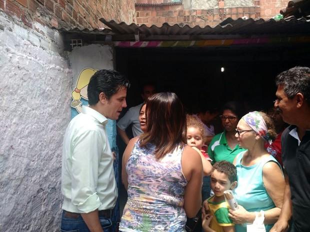 Daniel Coelho (PSDB) conversou com famílias do Jordão Baixo sobre as creches do local (Foto: Penélope Araújo/G1)