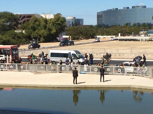 Cerca de 25 servidores do Judiciário faziam manifestação em frente ao Palácio do Planalto na manhã desta terça-feira (Foto: Filipe Matoso/G1)