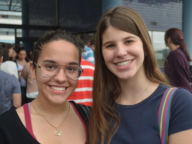 A estudante Mariana Oliveira (à esq.), de Araraquara, já tinha trabalhado com o tema da redação da Unesp durante o ano (Foto: Felipe Turioni/G1)