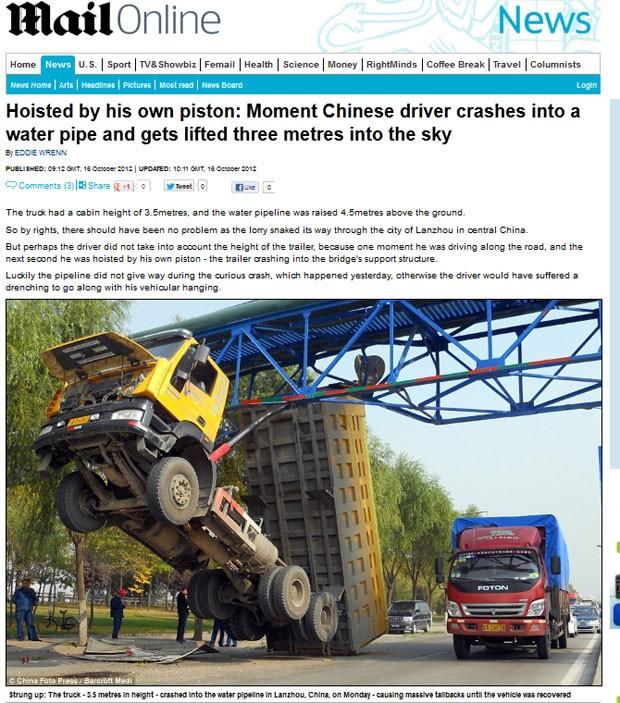 Caminhão caçamba ficou suspenso após acidente na China. (Foto: Reprodução/Daily Mail)