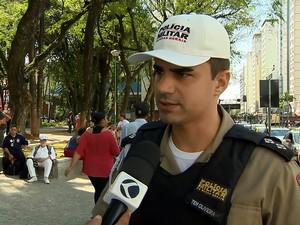 Tenente e comandante orienta sobre cuidados no trânsito (Foto: Reprodução/TV Integração)