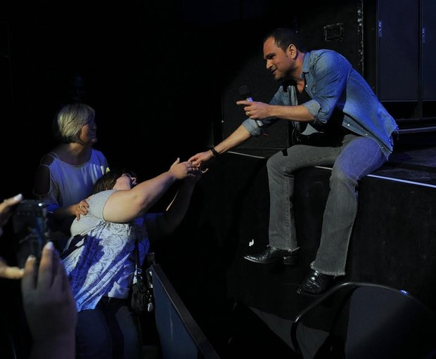 Luciano Camargo interage com fã durante show (Foto: Francisco Cepeda/AgNews)