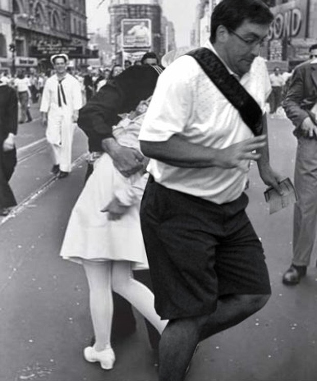 Turista apareceu na frente até do famoso beijo na Times Square (Foto: Reprodução/Imgur)