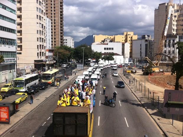 Motoristas de vans passam pela Praça da Bandeira (Foto: Janaína Carvalho / G1)