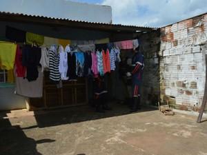 Criminosos invadiram imóvel, atiraram e depois fugiram (Foto: Blogbraga/Repórter Elvis Araújo)
