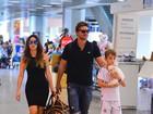 Cássio Reis e Fernanda Vasconcellos embarcam em aeroporto no Rio