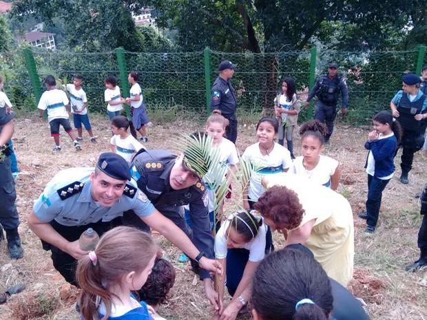 Crianças da rede pública plantaram cerca de 100 mudas de árvores na Rocinha (Foto: Divulgação)