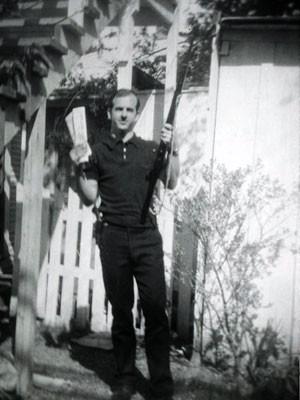 Lee Harvey Oswald, acusado de matar JFK, é visto com um rifle em uma foto não datada dos arquivos da polícia de Dalas (Foto: Dallas Police Department/Dallas Municipal Archives/University of North Texas/Reuters)