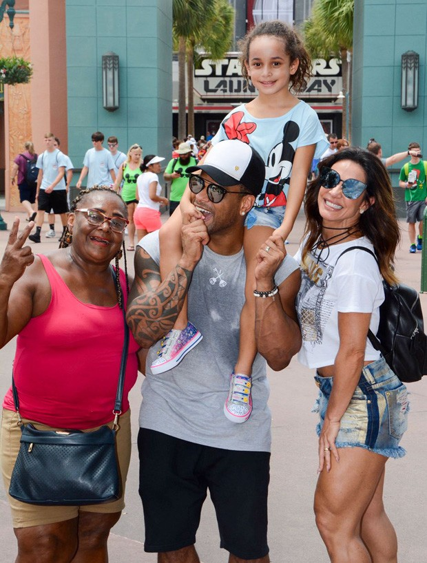 Scheila Carvalho tira férias e vai para Disney com a família (Foto: Divulgação)