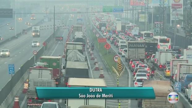 Manifestantes bloqueiam entrada da Reduc e complicam trânsito na Washington Luís (Foto: Reprodução/TV Globo)