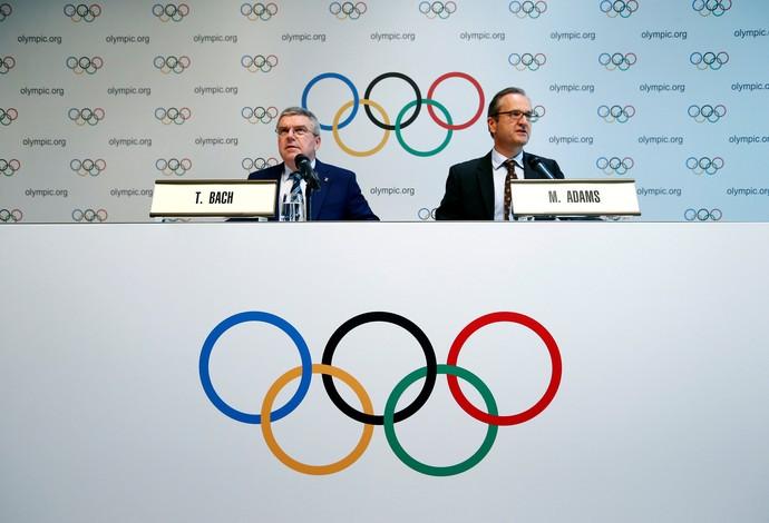 Thomas Bach, presidente do COI, e Mark Adams, dirigente da entidade, em coletiva em Lausanne, Suíça (Foto: Reuters)
