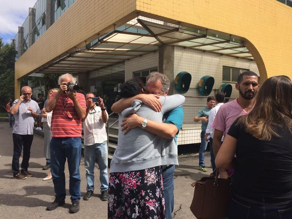 Secretário de Educação Cesar Benjamin abraça mãe de Maria Eduarda (Foto: Alba Valéria Mendonça / G1)